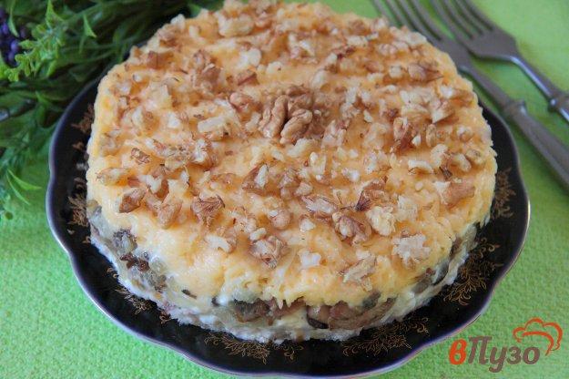 фото рецепта: Салат с курицей, грибами и грецкими орехами