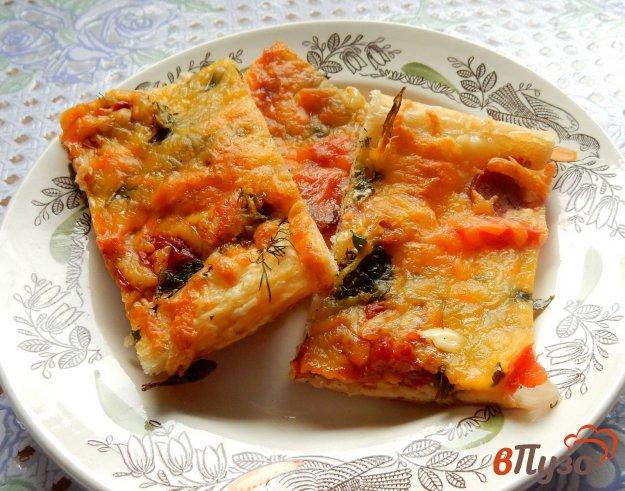 фото рецепта: Пицца с копчеными колбасками и мятой