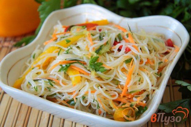 фото рецепта: Салат из фунчозы с огурцом, морковью и болгарским перцем