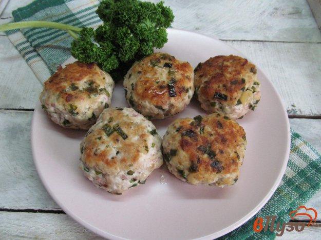 фото рецепта: Куриные котлеты с редисом и зеленым луком