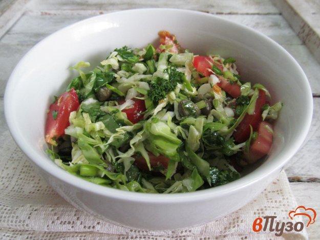 фото рецепта: Салат из молодой капусты с помидором и каперсами