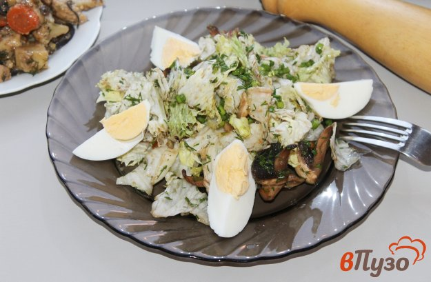фото рецепта: Салат из грибов, айсберга и яиц