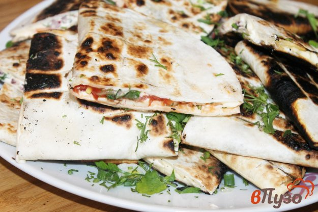 фото рецепта: Тортилья на гриле с плавленым сыром и помидорами