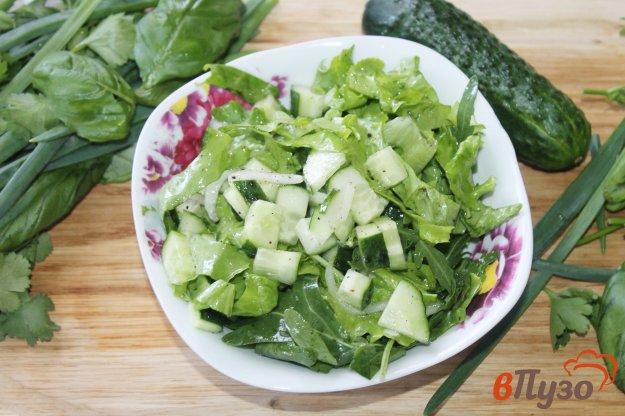 фото рецепта: Огуречный салат с рукколой и маринованным луком