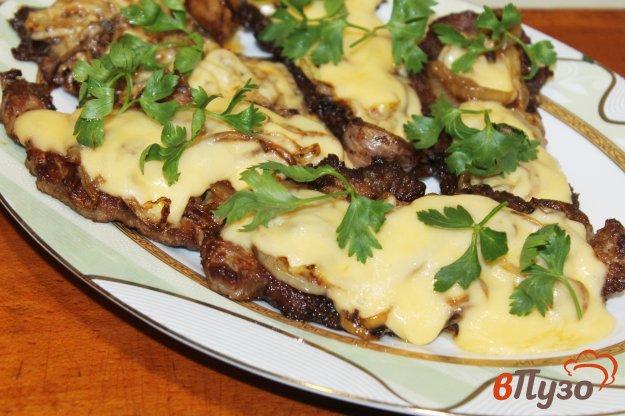 фото рецепта: Отбивные из телятины с жареным луком и сыром