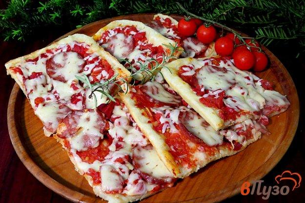 фото рецепта: Пицца с салями, запеченными перцами и помидорами
