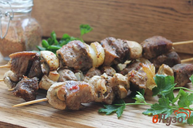 фото рецепта: Свиной шашлык с грибами и луком на шпажках