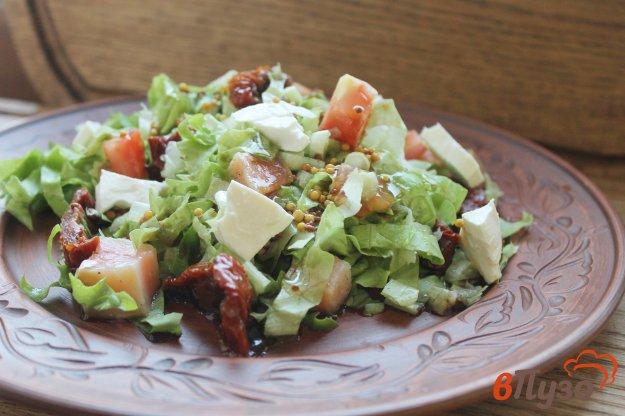 фото рецепта: Салат с красной рыбой и вяленым томатом