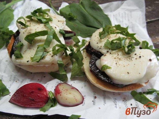 фото рецепта: Тост с карамельной свеклой и сыром моцарелла
