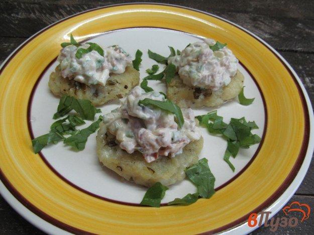 фото рецепта: Картофельные котлеты с салатом из рыбы