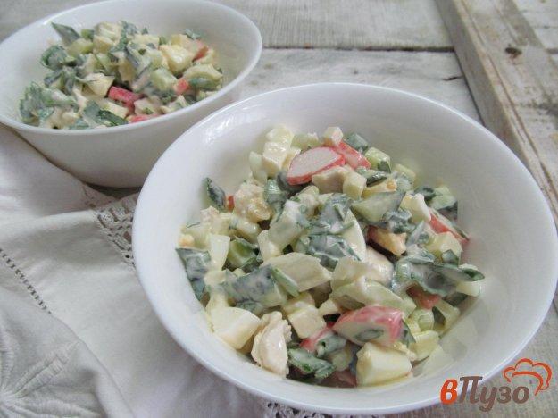 фото рецепта: Салат из яблока с куриной грудкой и крабовыми палочками