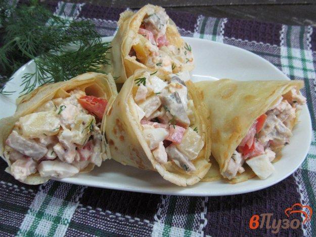 фото рецепта: Салат из курицы и грибов в кулечках из блинов