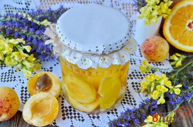 фото рецепта: Компот из абрикосов и апельсинов на зиму