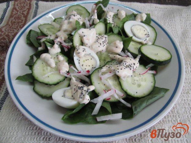 фото рецепта: Салат из огурца с яйцами и шпинатом