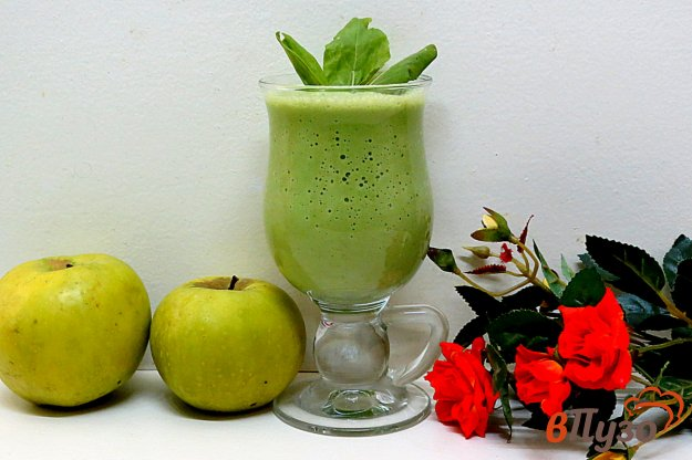 фото рецепта: Смузи из яблок, кефира и крапивы