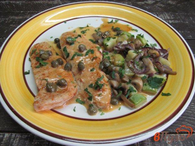 фото рецепта: Куриное филе с гарниром из грибов и кабачка под соусом