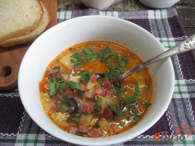фото рецепта: Овощной суп с колбасой кукурузной крупой и оливками