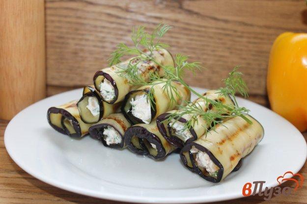 фото рецепта: Рулеты из баклажана с красной рыбой и орехами