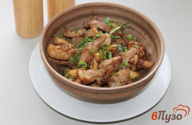 фото рецепта: Жареная свинина с грибами и луком тушеная в соевом соусе