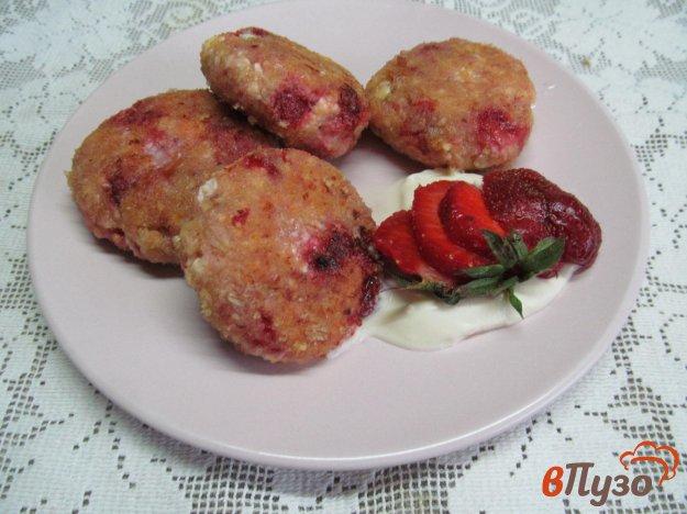 фото рецепта: Сырники с клубникой и овсяными хлопьями