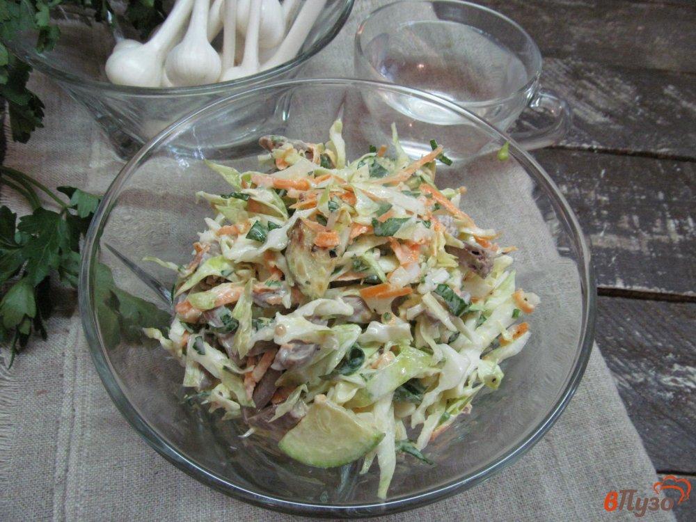 Фото приготовление рецепта: Салат из молодой капусты с куриными сердечками шаг №9