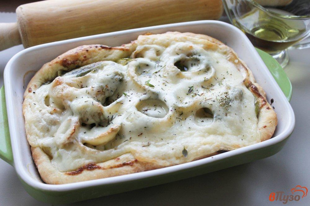 Фото приготовление рецепта: Открытый пирог из слоеного теста с кабачками, луком и сыром шаг №9