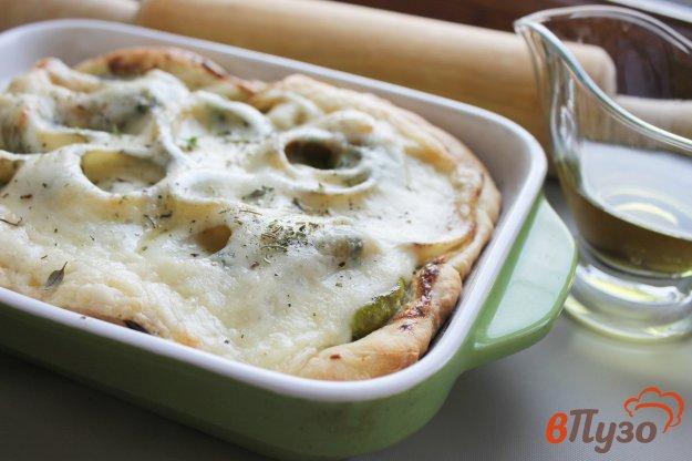фото рецепта: Открытый пирог из слоеного теста с кабачками, луком и сыром