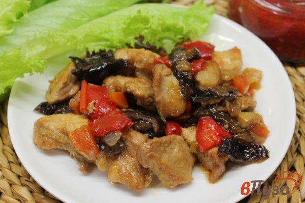 фото рецепта: Индюшатина с овощами и черносливом