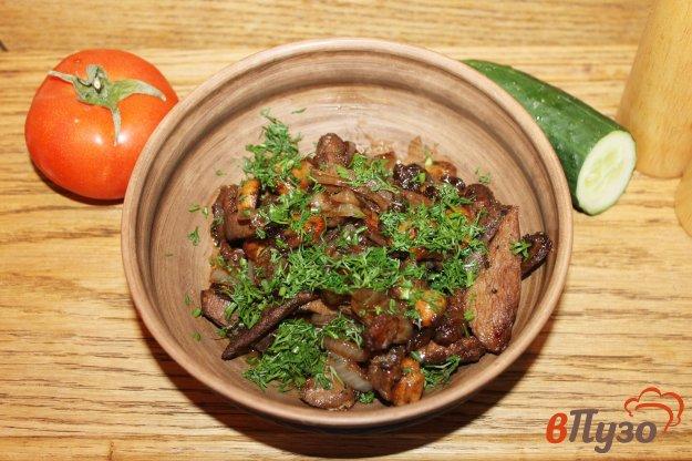 фото рецепта: Грудка с грибами и луком на сковороде в соусе