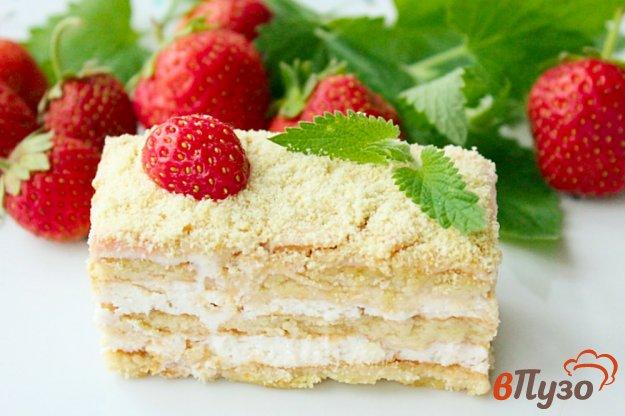 фото рецепта: Торт без выпечки с творожно-сливочным кремом и клубникой