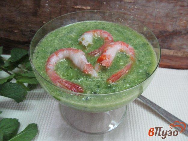 фото рецепта: Холодный зеленый суп на кефире с креветками