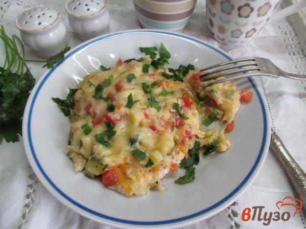 фото рецепта: Куриное филе под овощами и сыром