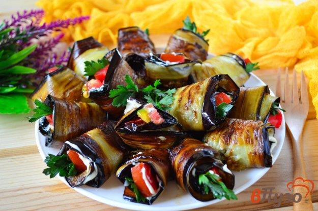фото рецепта: Рулетики из баклажанов с помидором, чесноком и зеленью