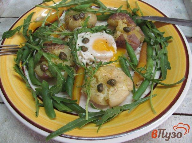 фото рецепта: Овощи с яйцом пашот каперсами и рукколой