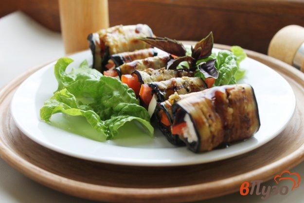 фото рецепта: Баклажанные рулеты с фетой, помидорами и базиликом