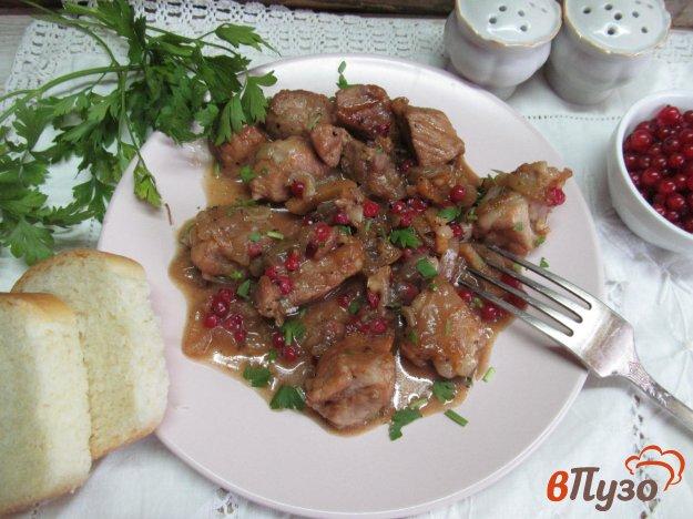 фото рецепта: Свинина тушеная с красной смородиной
