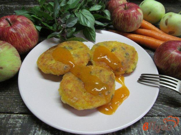 фото рецепта: Сырники с морковью и яблоком