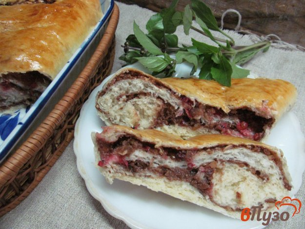 фото рецепта: Пирог с шоколадной пастой и красной смородиной