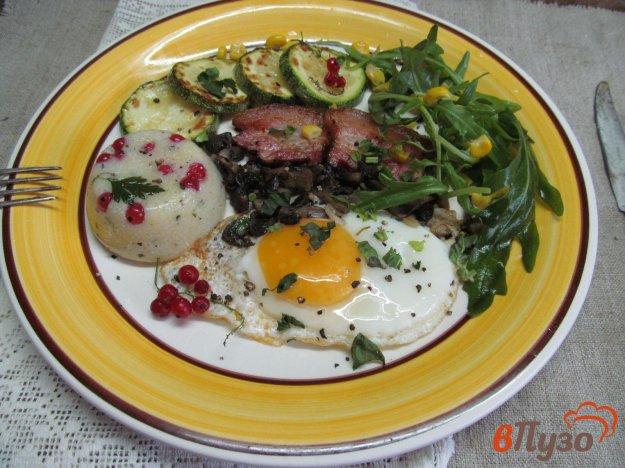 фото рецепта: Кукурузная каша с кабачком беконом и грибами