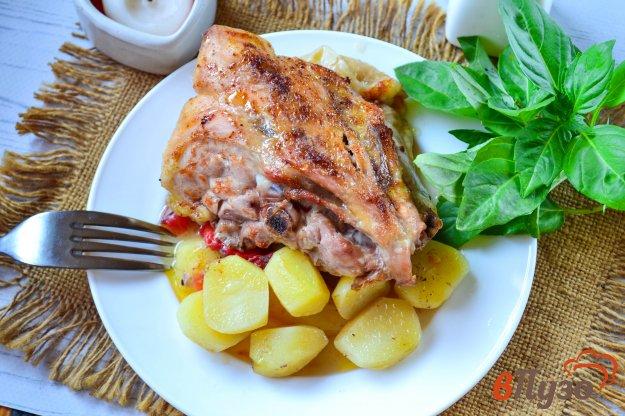 фото рецепта: Куриные спинки с картофелем и помидорами в духовке
