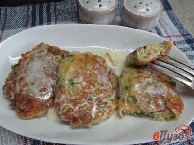 фото рецепта: Оладьи из кабачка с салями и сыром