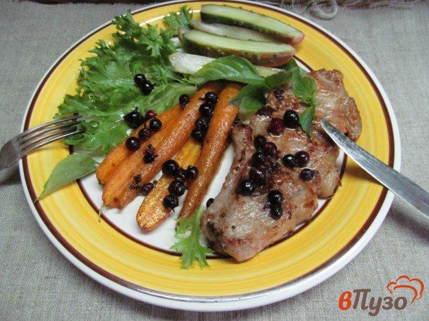 фото рецепта: Свиной стейк с морковью и смородиной
