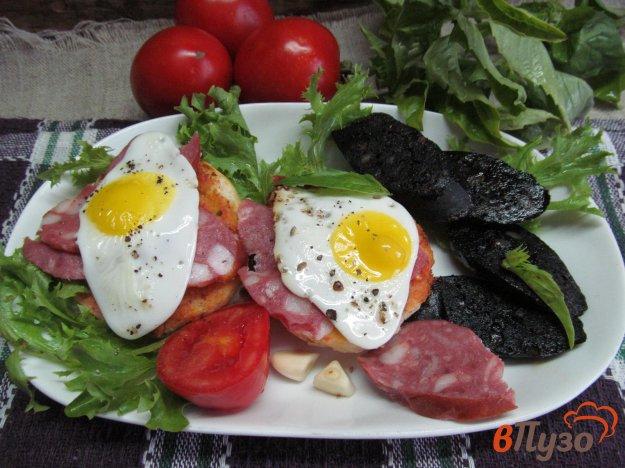 фото рецепта: Брускетта с яйцом и кровяной колбасой
