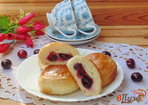 фото рецепта: Сдобные булочки с вишней