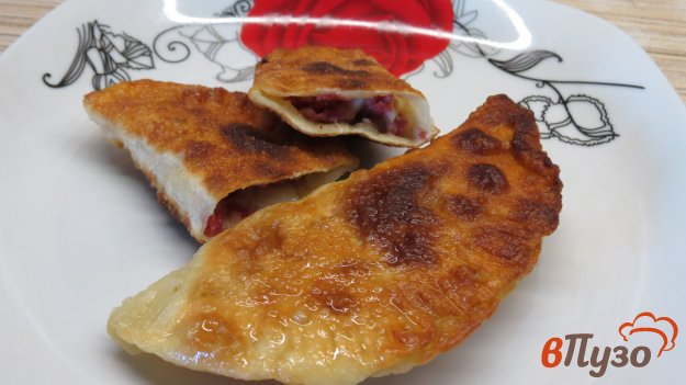 фото рецепта: Мини чебуреки с колбасой и сыром