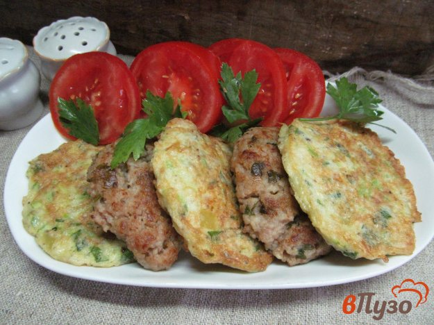 фото рецепта: Мясные котлеты с овощными оладьями