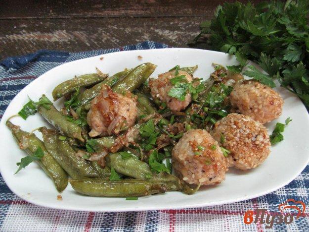 фото рецепта: Куриные фрикадельки в кунжуте с горошком