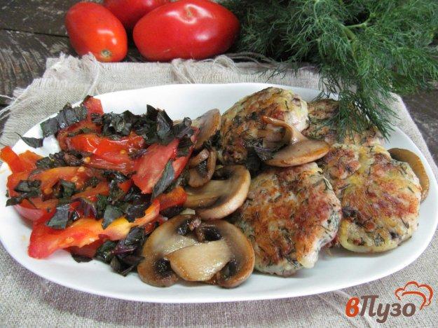фото рецепта: Котлеты три в одном с гарниром из грибов и помидоров