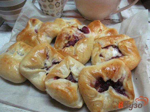 фото рецепта: Пирожки на ряженке с начинкой из сыра и малины