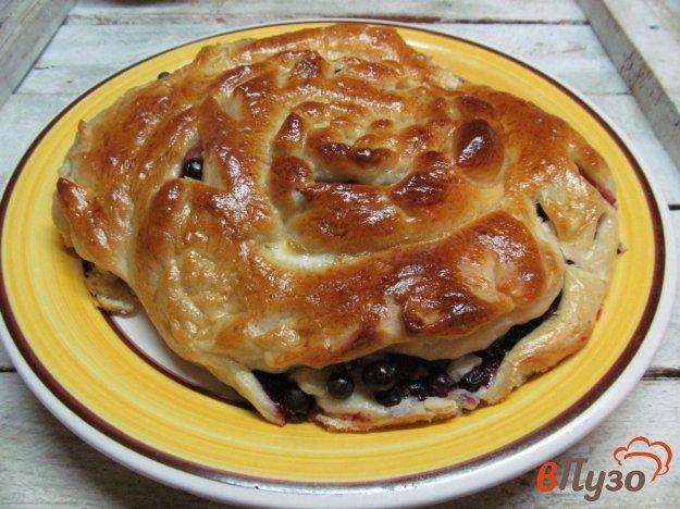 фото рецепта: Пирог с черной смородиной и брынзой